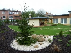 4. Zahrada 6 měsíců po založení - v trávníku byla dodělávaná drěnáž kvůli jílovité půdě